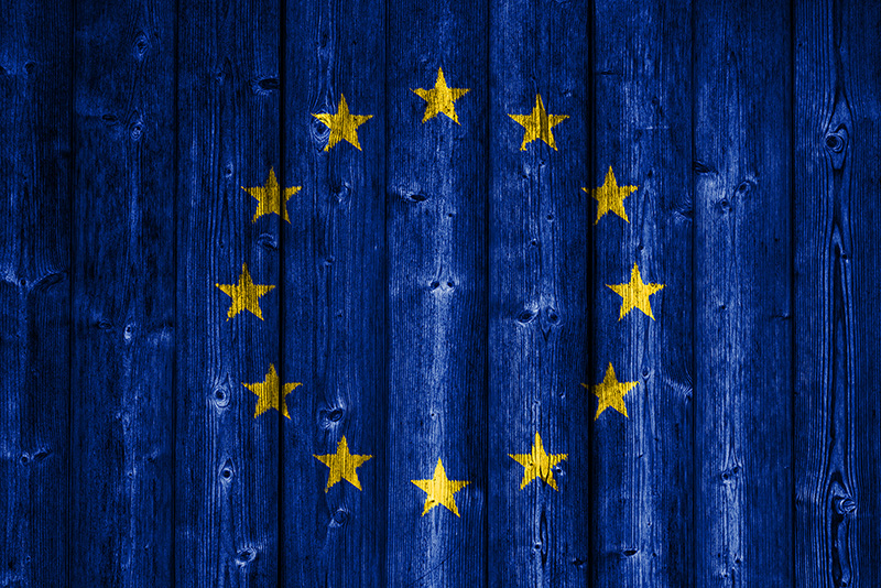 Dieses Bild hat ein leeres Alt-Attribut. Der Dateiname ist europe-flag-wood-800x534.jpg